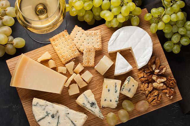 お皿やボードにチーズを盛り合わせる「チーズ・プラトー」