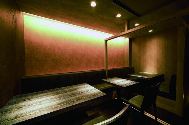 「焼き鳥とワイン 源 MOTO」テーブル席