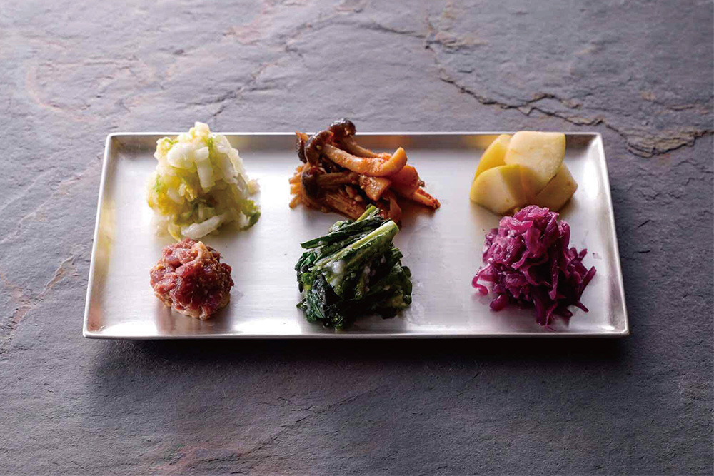 先付けとしてメニューのはじまりにお出しする「発酵惣菜」は、コースの流れの中でつまんでいただけるよう、あえて特徴的な味付けに。串と合わせて少量ずついただきます